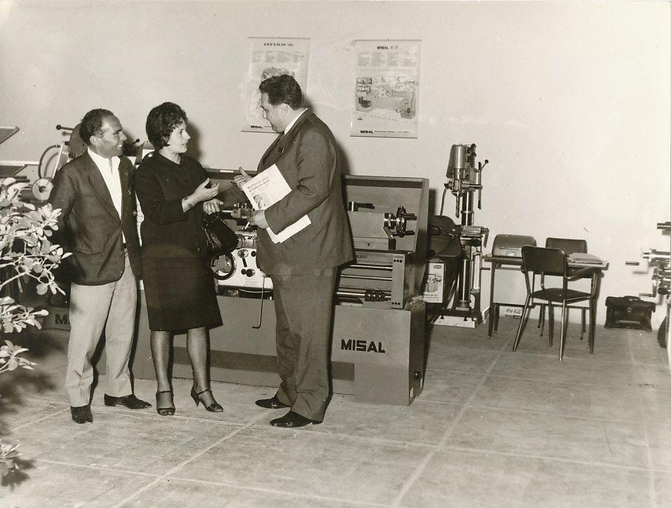 Luigi Firrao (a destra), il cantastorie siciliano Ciccio Busacca e la moglie di quest'ultimo, [1964?]