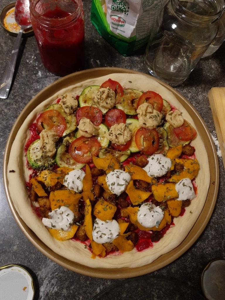 Pizza caseira recheada com moranga, abobrinha, tomate, reiQueijão e molho Shock.