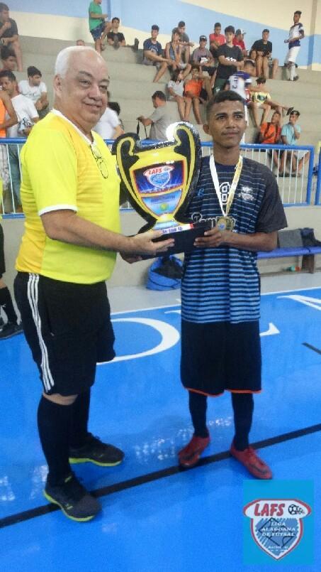 LIGA ALAGOANA DE FUTSAL  - O capitão do Claudizete  sub 17 recebendo o troféu de  campeão  2018.