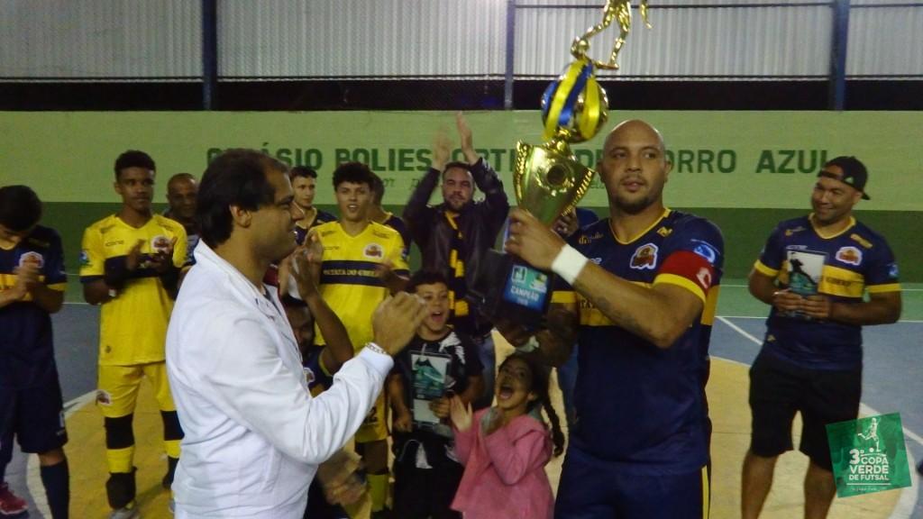 Copa Verde de Futsal 2019 - O Prefeito Municipal Jauldo Neto entrega o troféu de Campeão 2019 ao capitão do Burger Green, Léo Guerreiro.