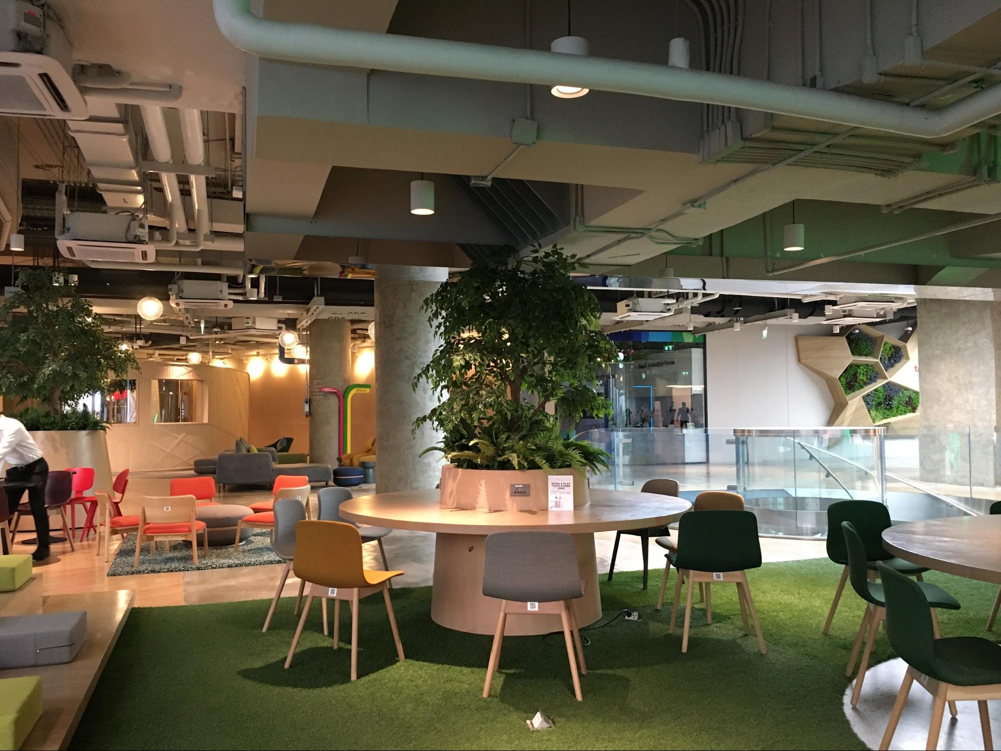 มีพื้นที่ที่เป็นโซน Open ให้ผู้ที่มาติดต่องาน พนักงานฟรีแลนซ์ หรือพนักงานพาร์ทไทม์ สามารถมานั่งทำงานได้ตามอัธยาศัย