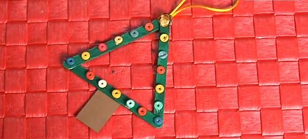 Crie uma mini-árvore de Natal usando palitos de sorvete