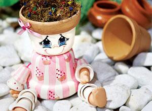 Boneca feita com vasos