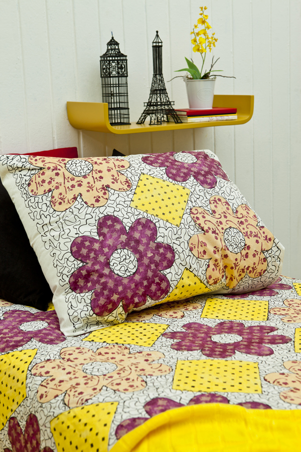 Colcha e capa de travesseiro decorados