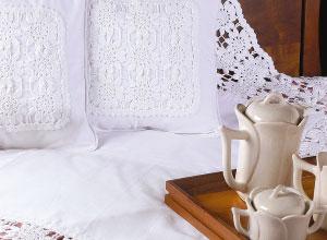 Manta e almofadas de crochê