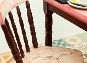 Mesa e cadeira marmorizada