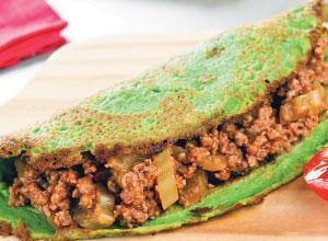 Panqueca verde recheada com carne moída e talos de verduras