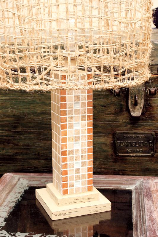 Artesanato na decoração do lar com um abajur em mosaico