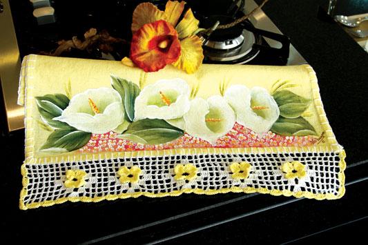 Pano de prato com pintura e barradinhos em crochê