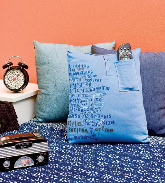 Do armário para o sofá. Almofadas de camisetas
