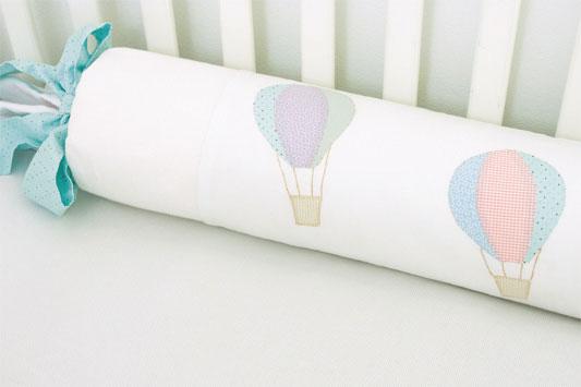 Almofada com patch apliquê de balões