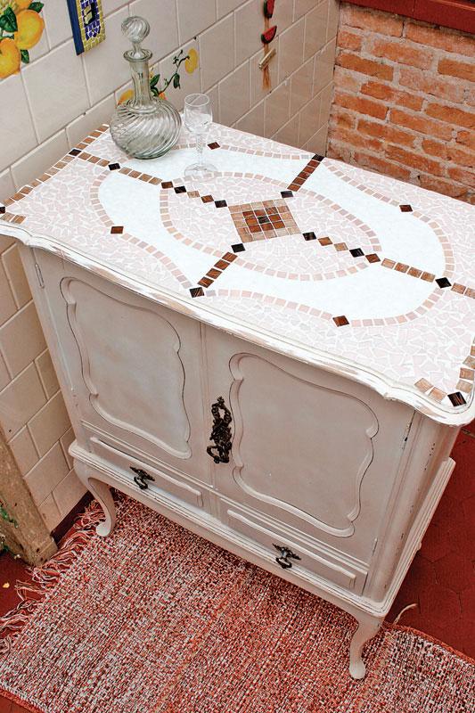 Mosaico dá cara nova a móvel. Artesanato que reinventa