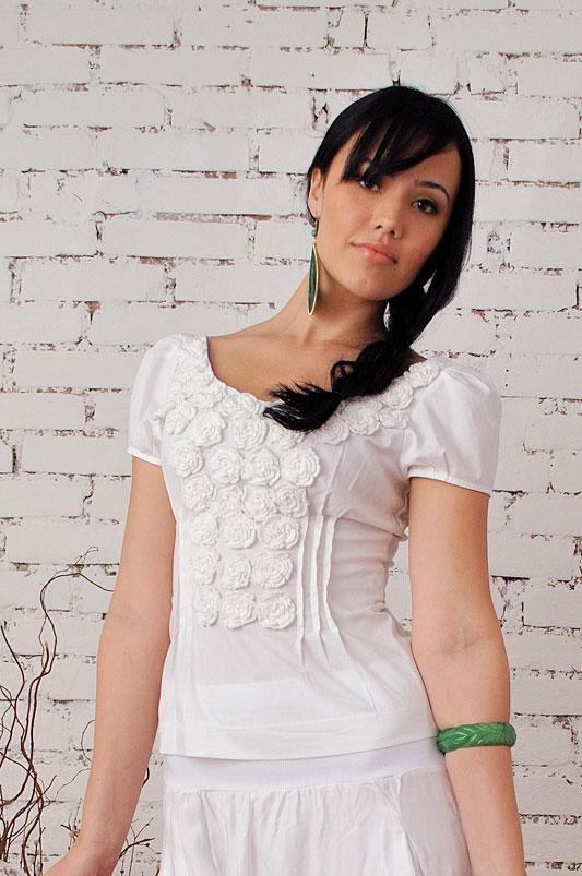 Artesanato em blusa branca com relevos de crochê irlandês