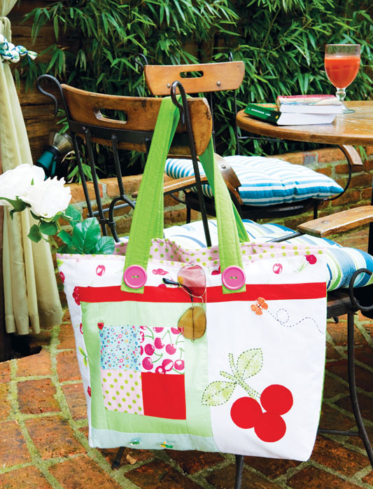 Delicada bolsa de four patch com tema de cerejinhas