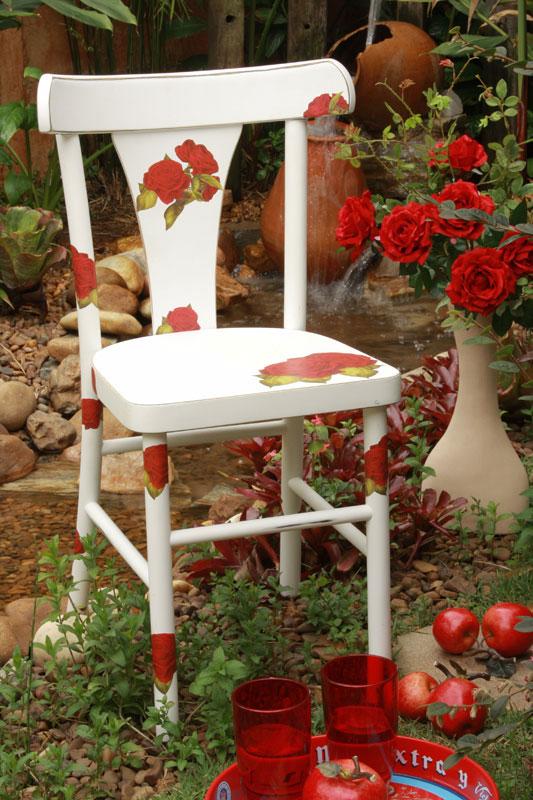 Cadeira com découpage de rosas