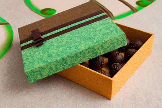 Caixa de cartonagem com decoração de tecido
