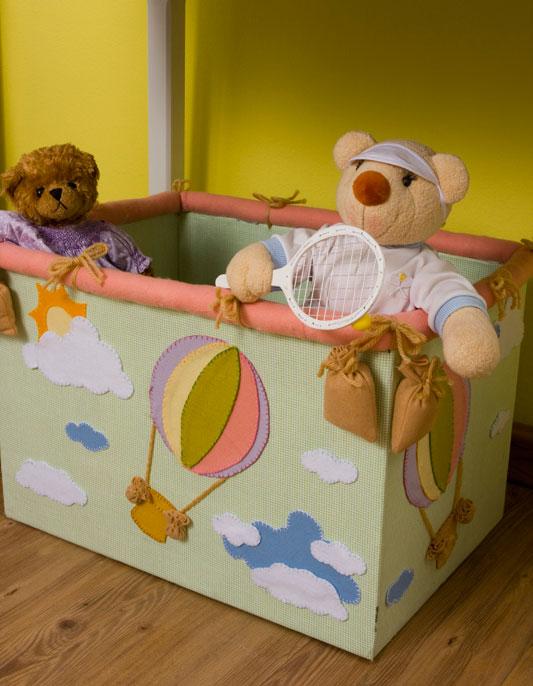 Caixa de brinquedos de papelão e feltro