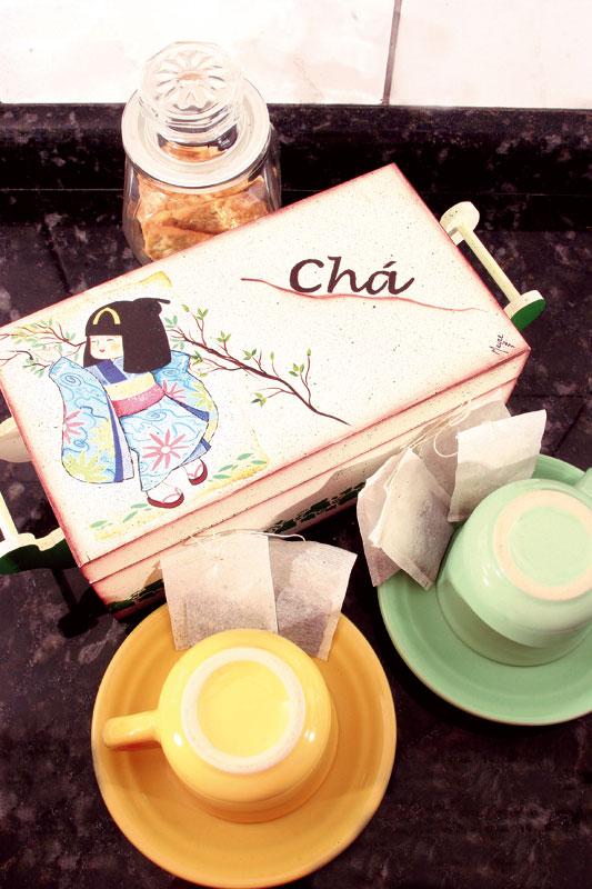 Caixa de chá com efeitos de pintura e découpage