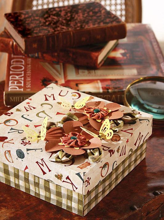 Caixa forrada com tecido e detalhes em scrapbooking