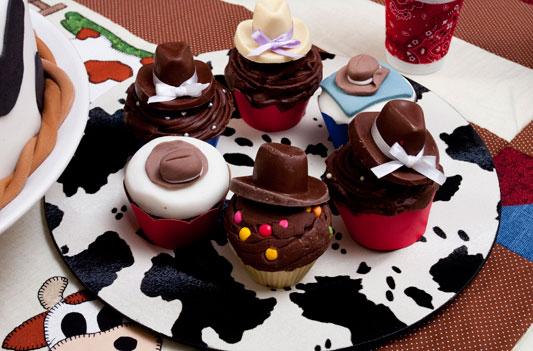 Cupcakes de chocolate para festa temática do velho oeste