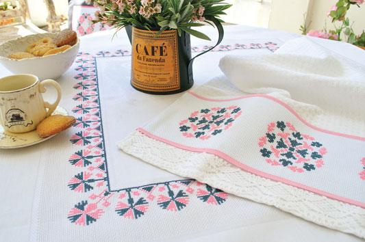 Toalha de mesa com ponto cruz saltado, nas cores rosa e grafite