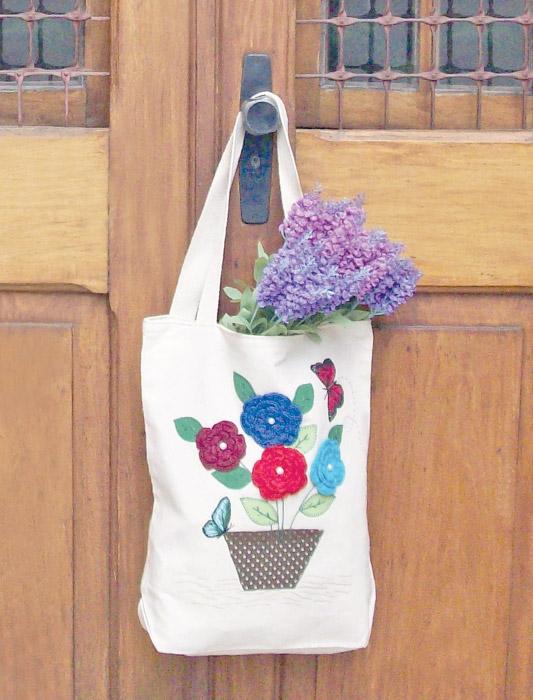 Ecobag com bordado de flores em crochê