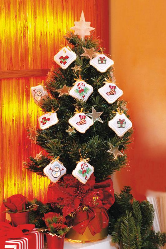 Enfeites de árvore de Natal feitos com ponto-cruz
