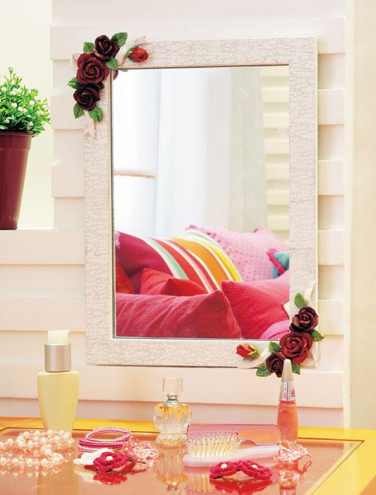 Espelho decorado com flores de resina