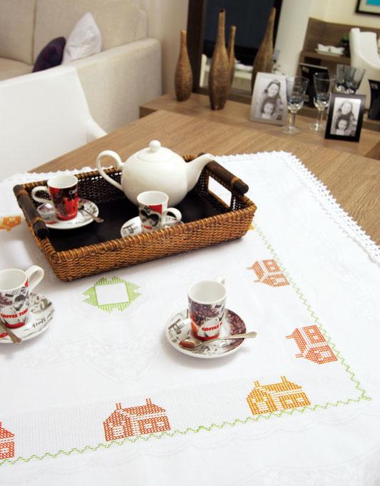 Toalha de mesa de ponto cruz com barrado em crochê