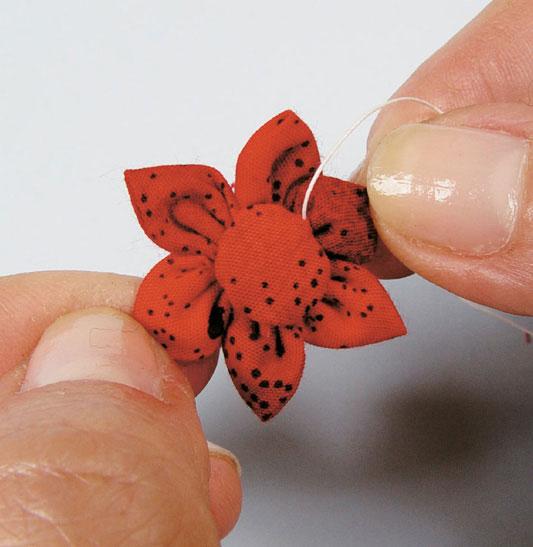 Flor de fuxico com pétalas de ponta