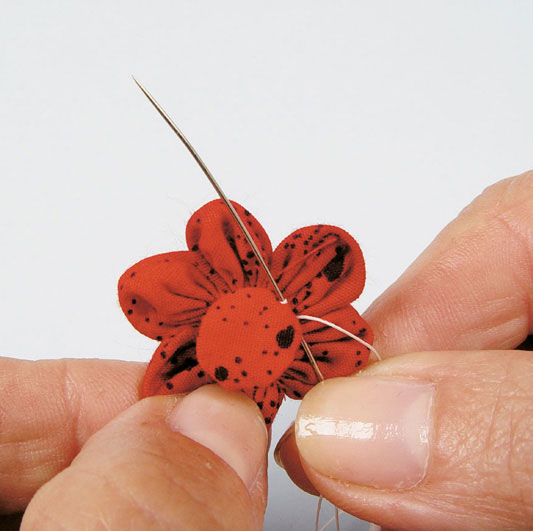 Flor de fuxico com pétalas redondas