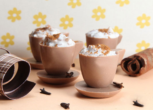 Xícara de chocolate com arroz-doce cremoso