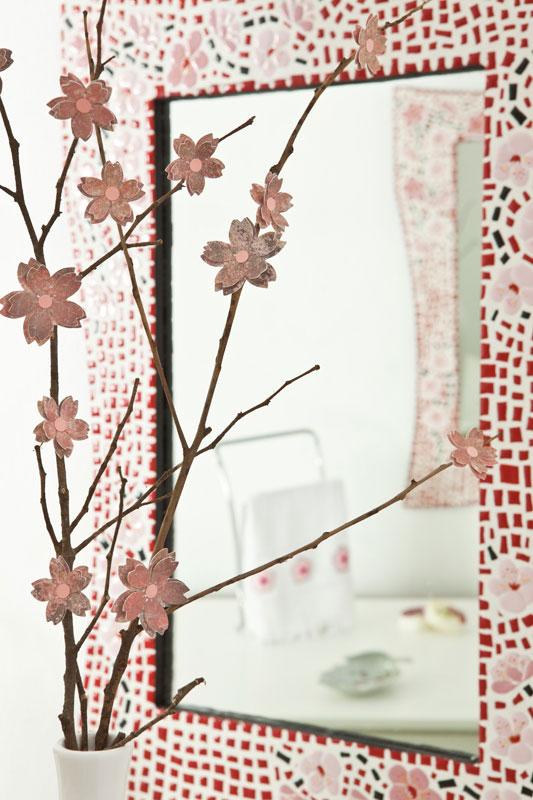Arranjo de galhos secos com flores de scrap