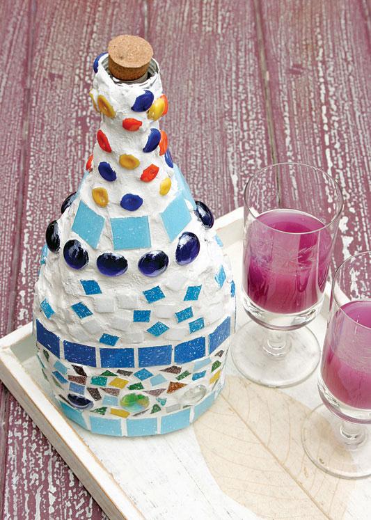 Garrafas antigas recebem artesanato com mosaico colorido