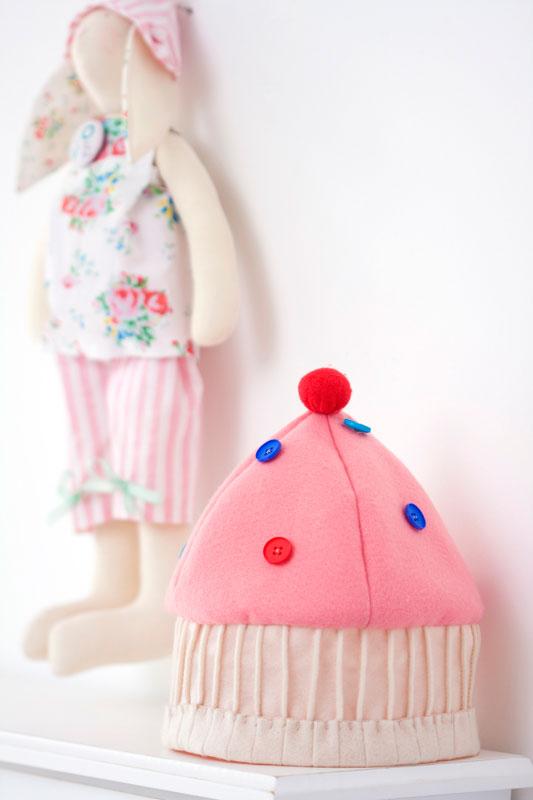 Touca infantil de patchwork com feltro reproduz cupcake