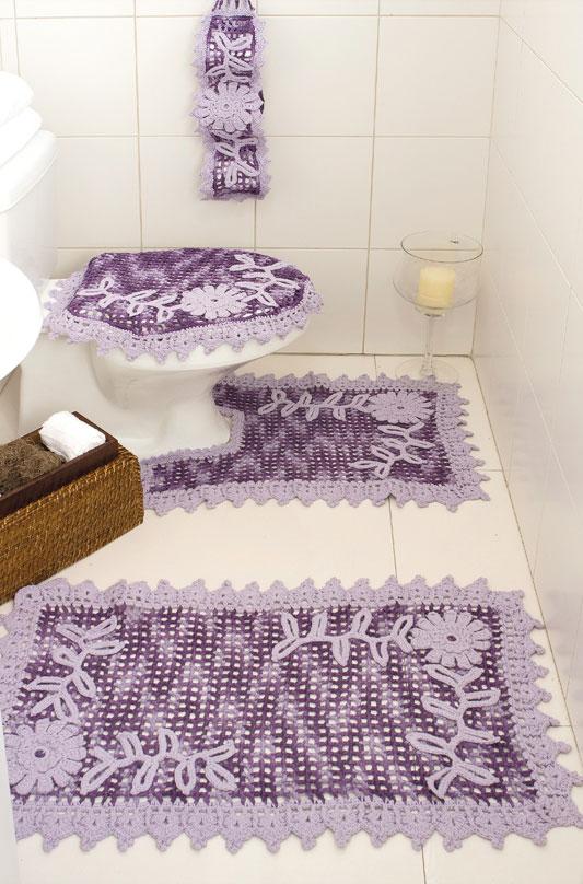 Kit de crochê roxo e lilás completam decoração em banheiro