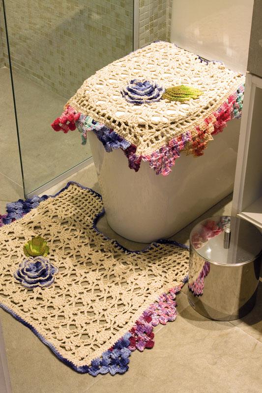 Jogo de banheiro cru em crochê com acabamento colorido