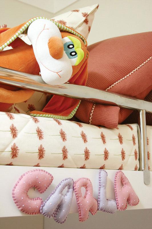 Letras artesanais de feltro para quarto infantil