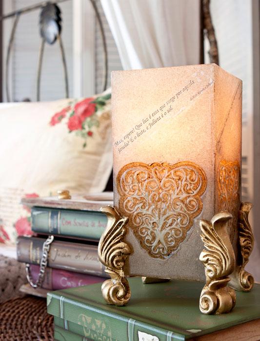 Luminária de vela é inspirada no tema literatura