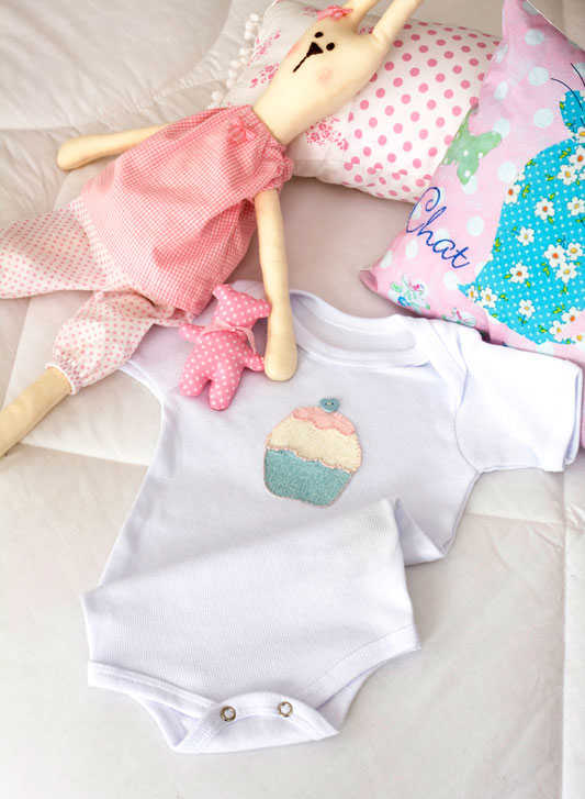 Body de bebê com patch apliquê de cupcake