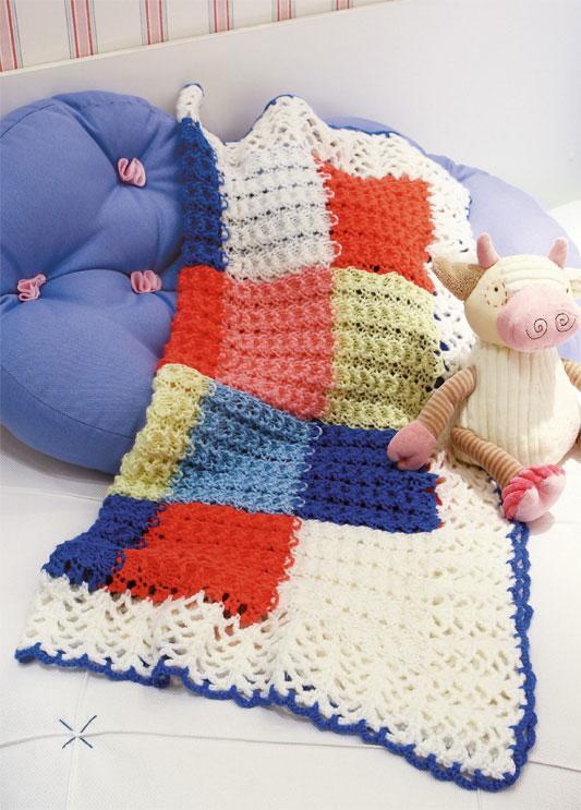 Manta em quadrados coloridos de tricô e barrado em crochê