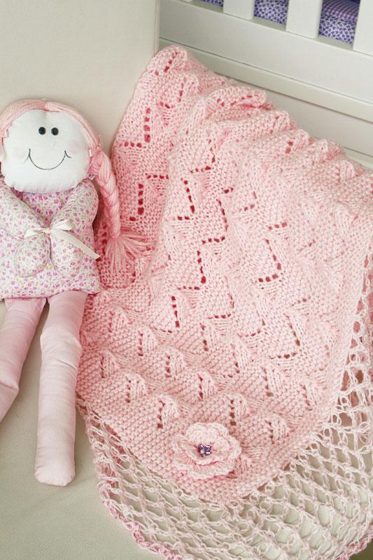 Manta rosa de tricô com barrado em ponto segredo de crochê