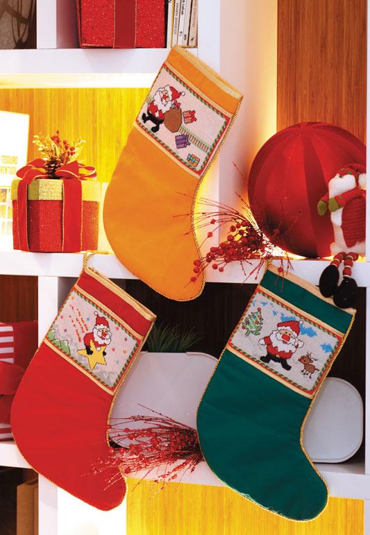 Botas natalinas de Papai Noel com barrado em ponto cruz
