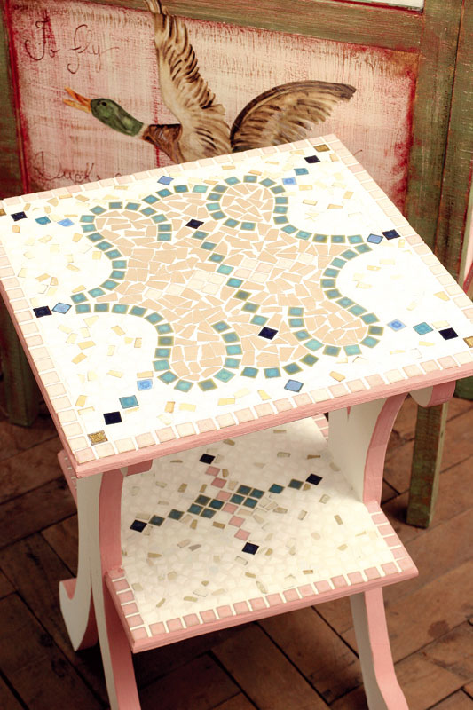 Mesa com arabesco de mosaico moderniza composição artesanal