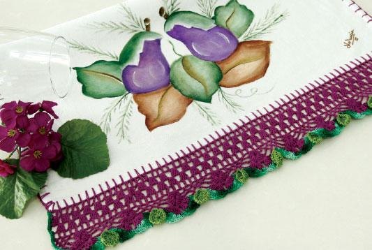 Pano de prato com pintura e barrados em crochê