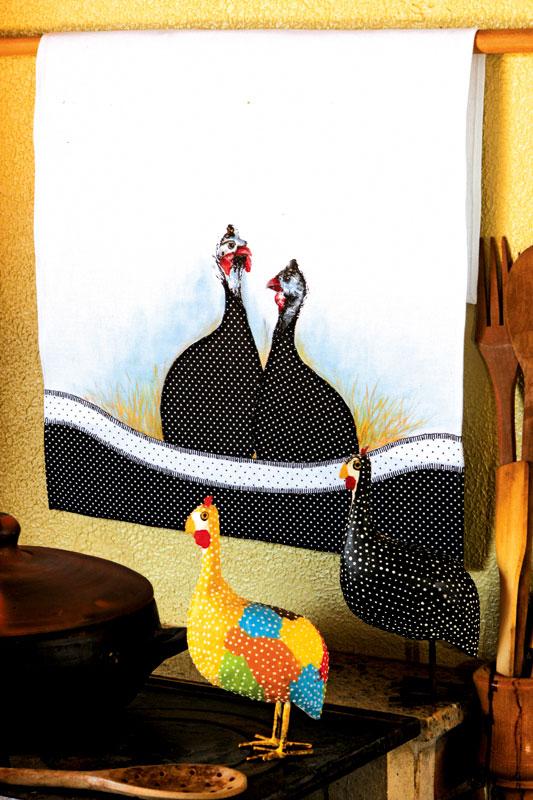 Pintura em pano de prato com tema galinhas d'angola