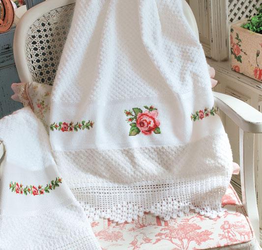 Toalha com rosas de ponto cruz e barrado em crochê