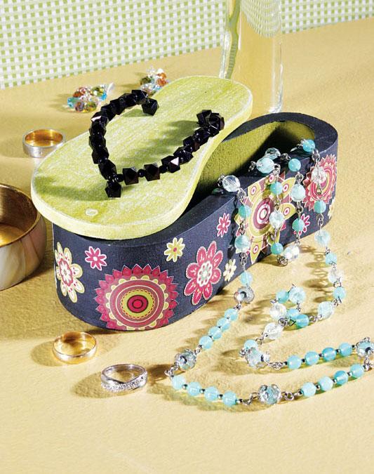 Porta-bijuteria em chinelo de MDF com découpage moderna