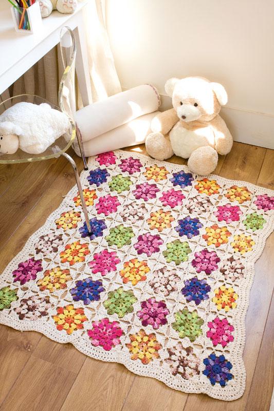 Tapete de crochê em barbante cru com flores coloridas