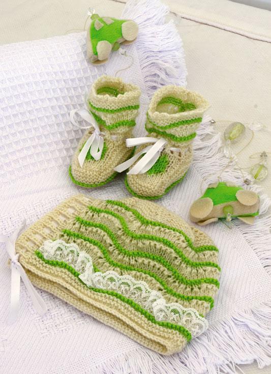 Sapatinho cru e verde e touca com rendinha. Tricô para o baby!